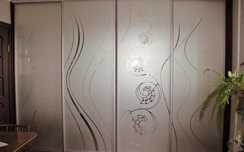 Шкаф купе с зеркальными дверями пескоструй