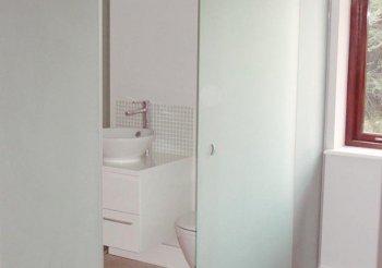 Дверь купе в ванную комнату