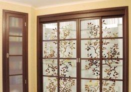 Стеклянная дверь перегородка между кухней и гостиной