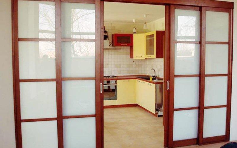 Большие раздвижные двери между кухней и гостиной