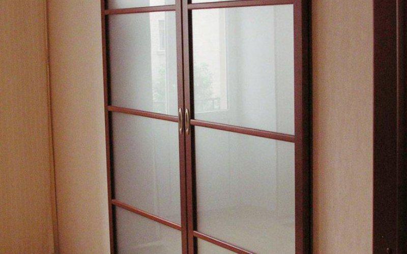 Деревянные перегородки со стеклом и раздвижными дверями