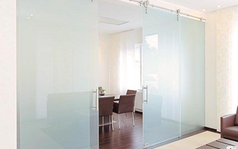 Раздвижные стеклянные двери для зонирования комнаты