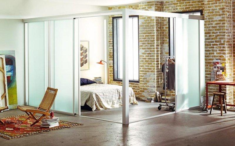 Раздвижные стеклянные двери в гостиной